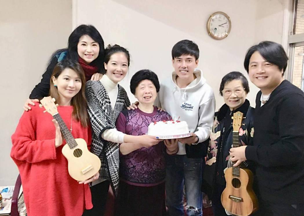 蔡興國(右)帶媽媽向丁力祺前經紀人的母親祝壽。圖/欣雲提供