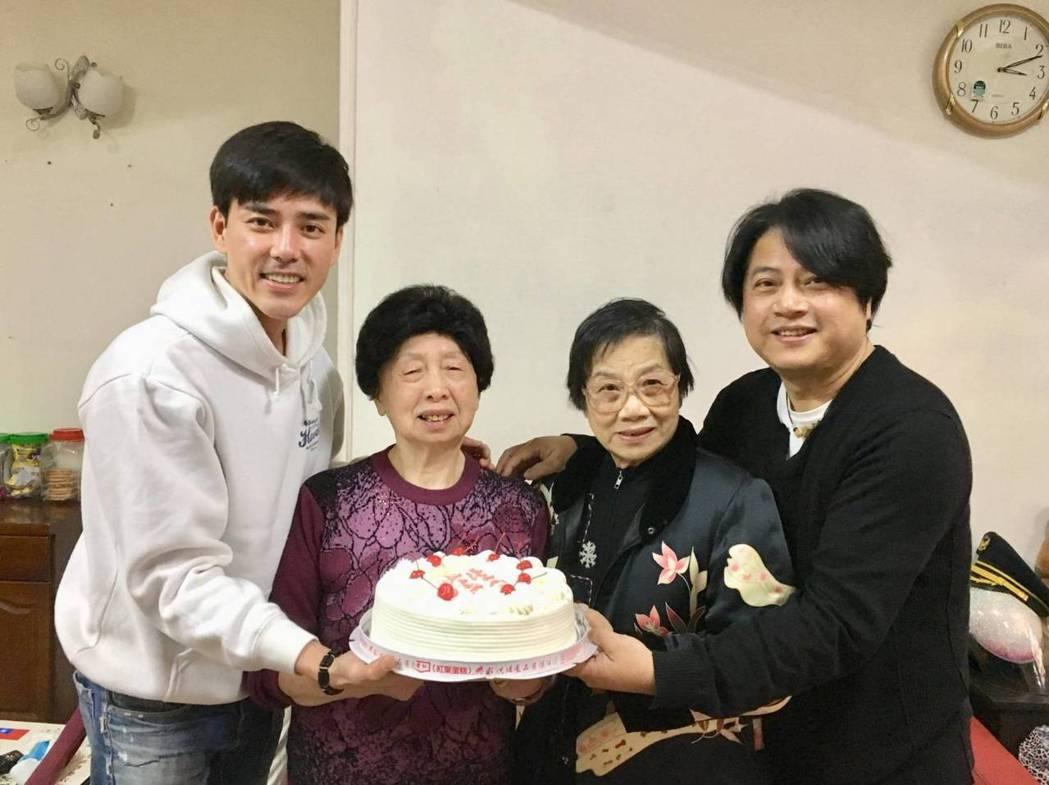 蔡興國(右)帶媽媽參加丁力祺前經紀人的母親生日會。圖/欣雲提供
