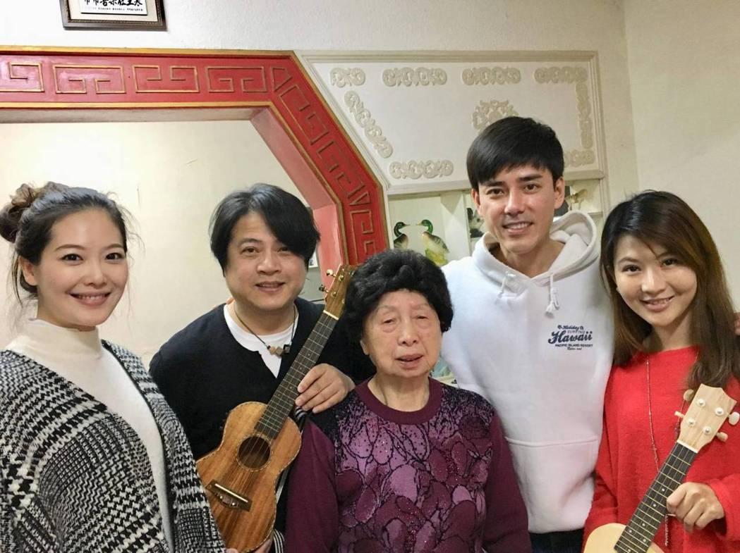 姚采穎(左起)、蔡興國、丁力祺、賴培培為王媽媽慶生。圖/欣雲提供
