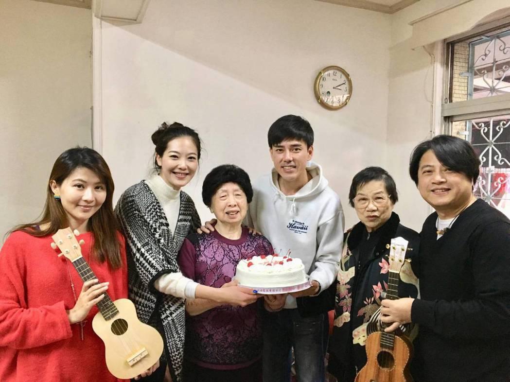 蔡興國(右起)帶媽媽、丁力祺、姚采穎、賴培培為王媽媽慶生。圖/欣雲提供