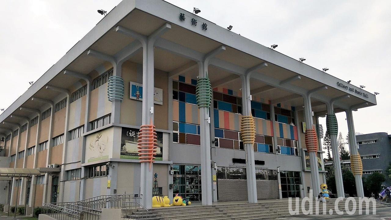 屏東藝術館已有超過卅年的歷史,明華園總團即將南下表演,一度擔心設備及人員「舞台裝...