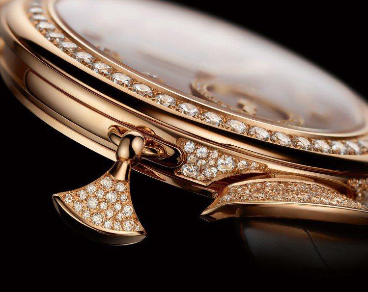 Divas' Dream珠寶三問腕表不僅從表圈到扇形表耳、表冠都妝點了鑽石之外,...
