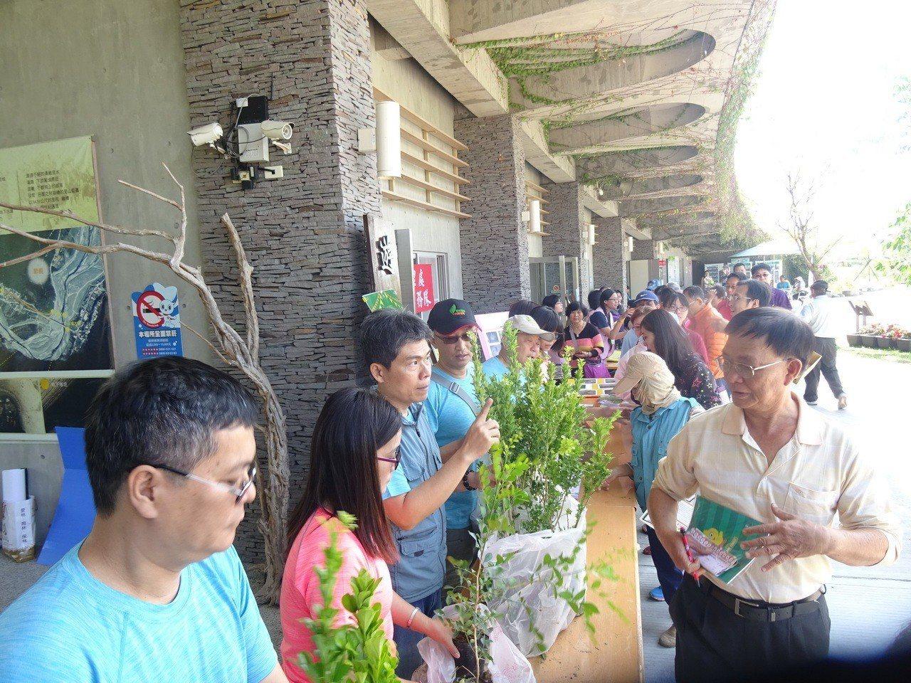 屏東林管處今天在林後四林平地森林等地送樹苗,吸引許多民眾參加。圖/屏東林管處提供