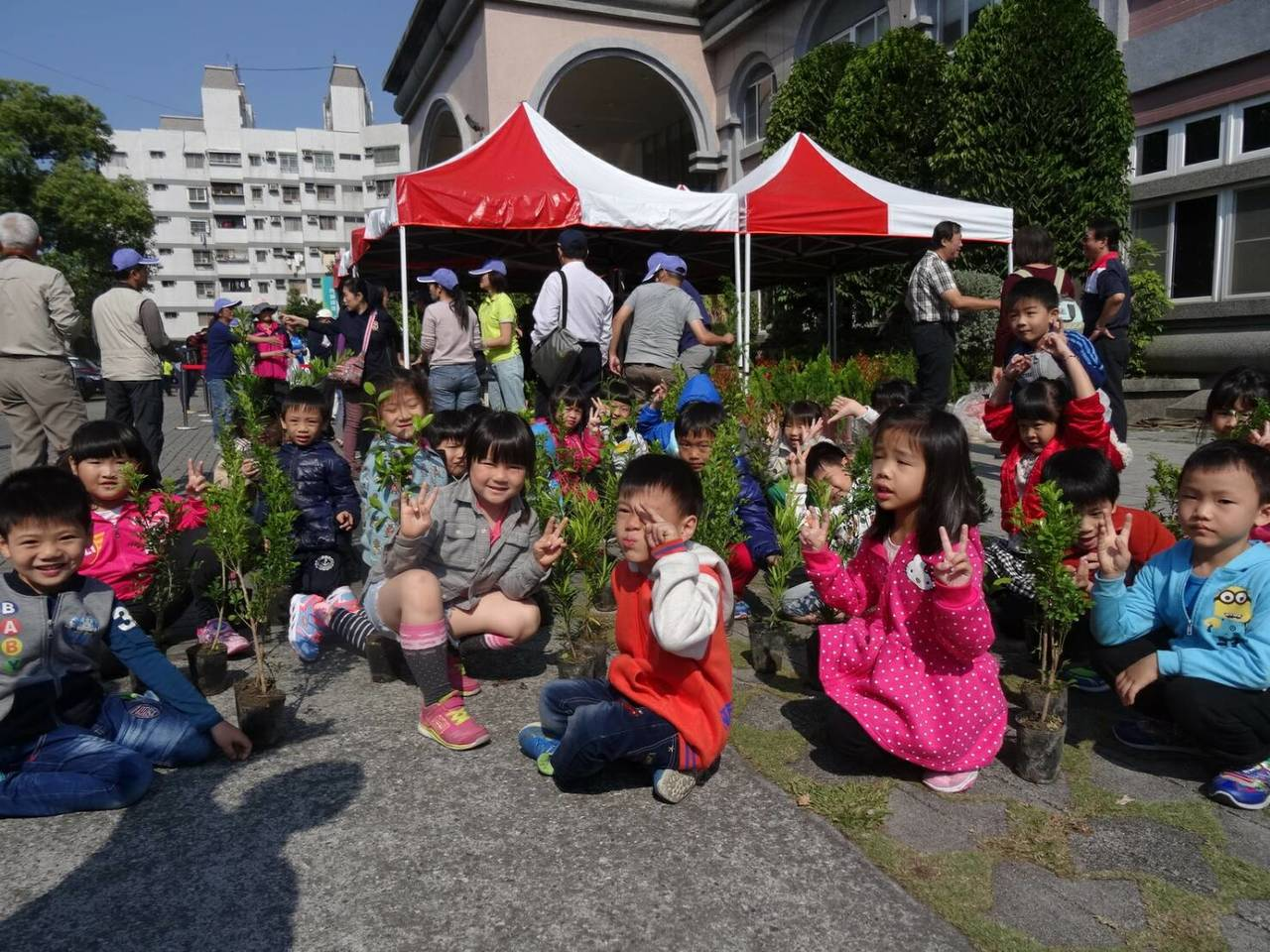 屏東林管處今天湧進大批民眾換樹苗,連幼稚園小朋友也參加。圖/屏東林管處提供
