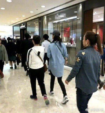 大陸女星蔣欣被目擊現身香港商場,休閒裝扮看來纖瘦。圖/摘自微博
