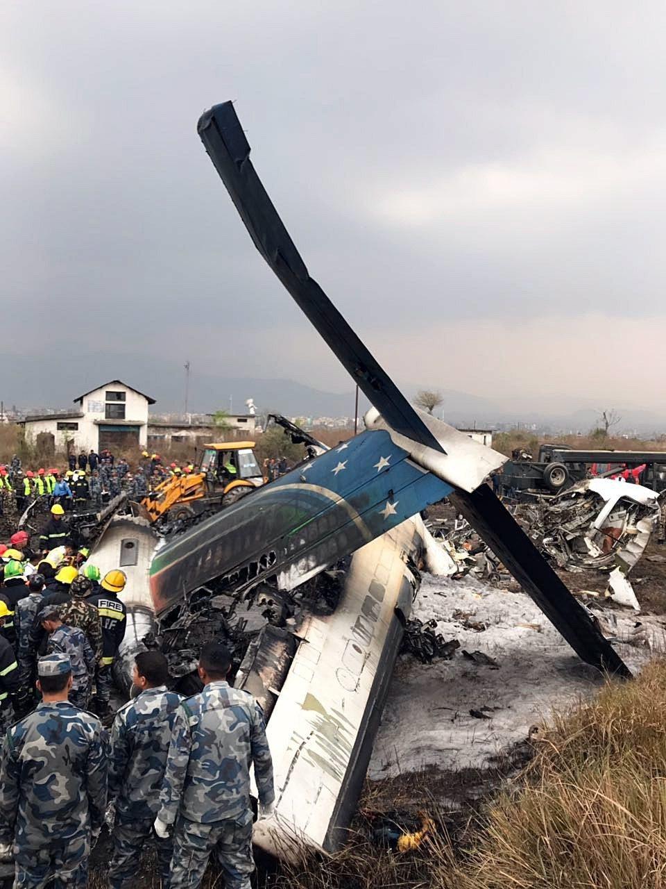 尼泊爾國際機場失事的客機殘骸。歐新社