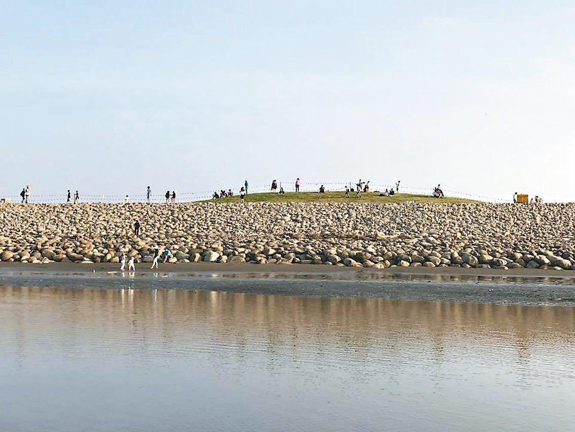 新竹漁港風箏賽場北側護堤拋石將向東延長,逐步改善港區風沙問題,圖為日前已完工護堤...