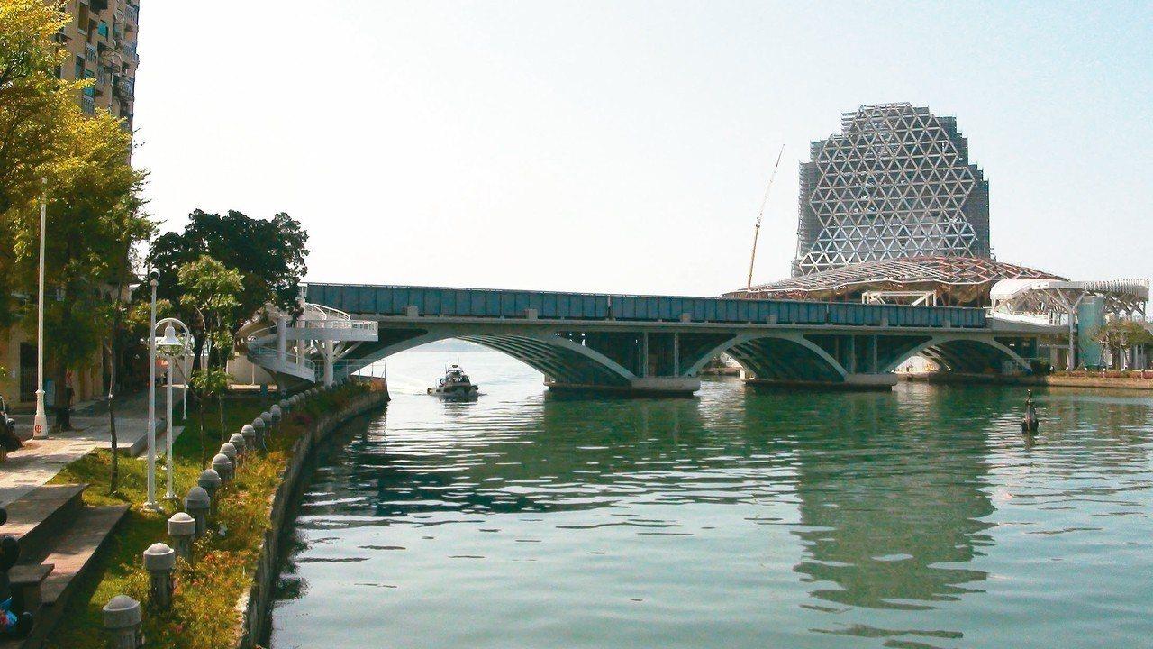 為解決遊艇泊位不足問題,高雄市海洋局與台灣港務公司計畫在鄰近流行音樂中心的愛河灣...