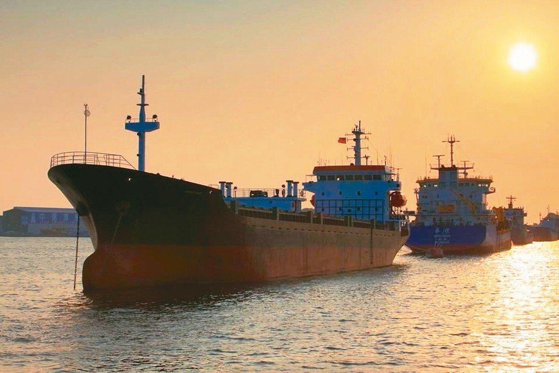 高市輪船公司的夕陽航班,可看見被夕陽染成金黃色的港區水域。 圖/高市輪船公司提供