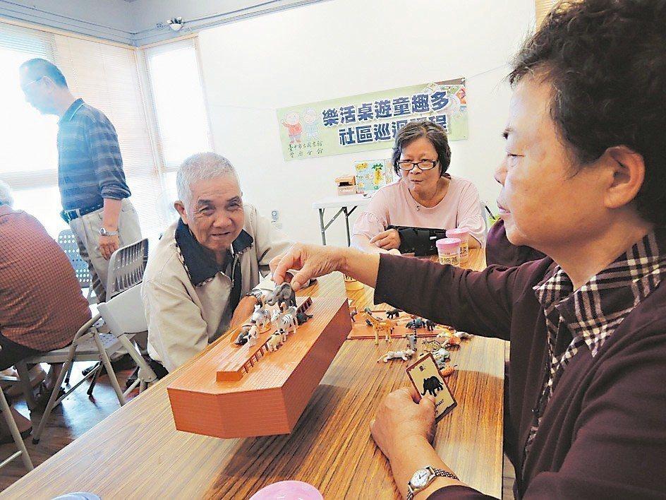 台中市豐原圖書館針對年長者提供100多種桌遊,讓老人家樂在其中。 圖/豐原圖館提...