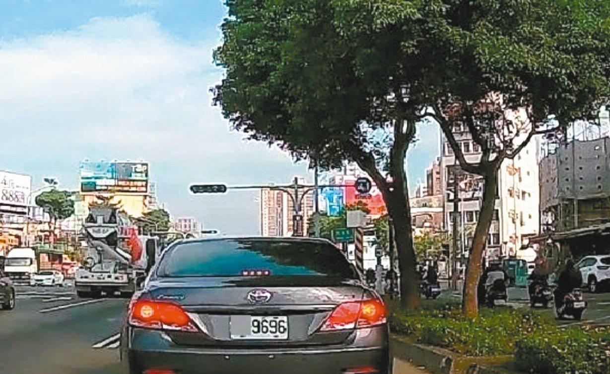 台中市郭姓男子將轎車後車牌掛反,車牌的阿拉伯數字「9696」雖沒變,但英文字母上...
