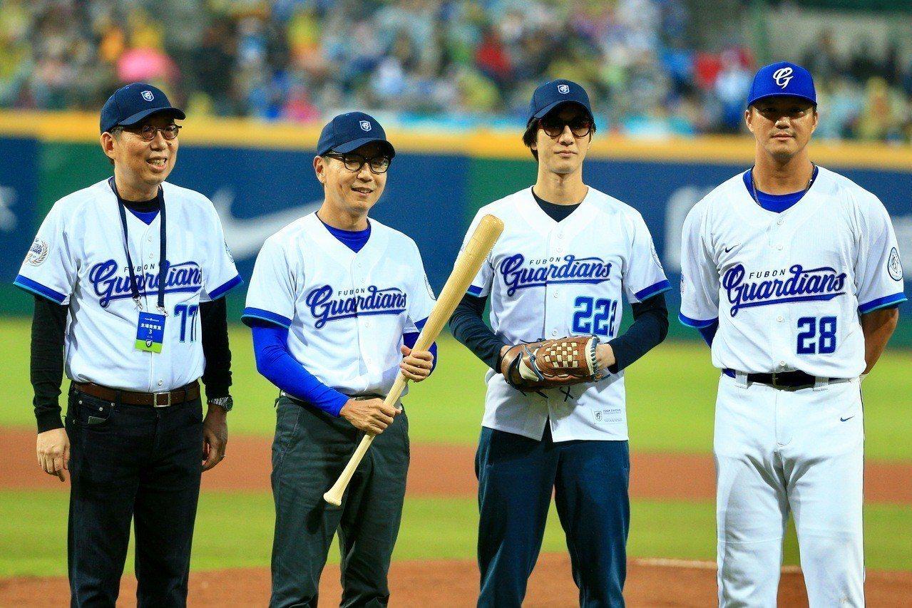 富邦悍將去年請到王力宏(右二)出席開幕戰。 報系資料照