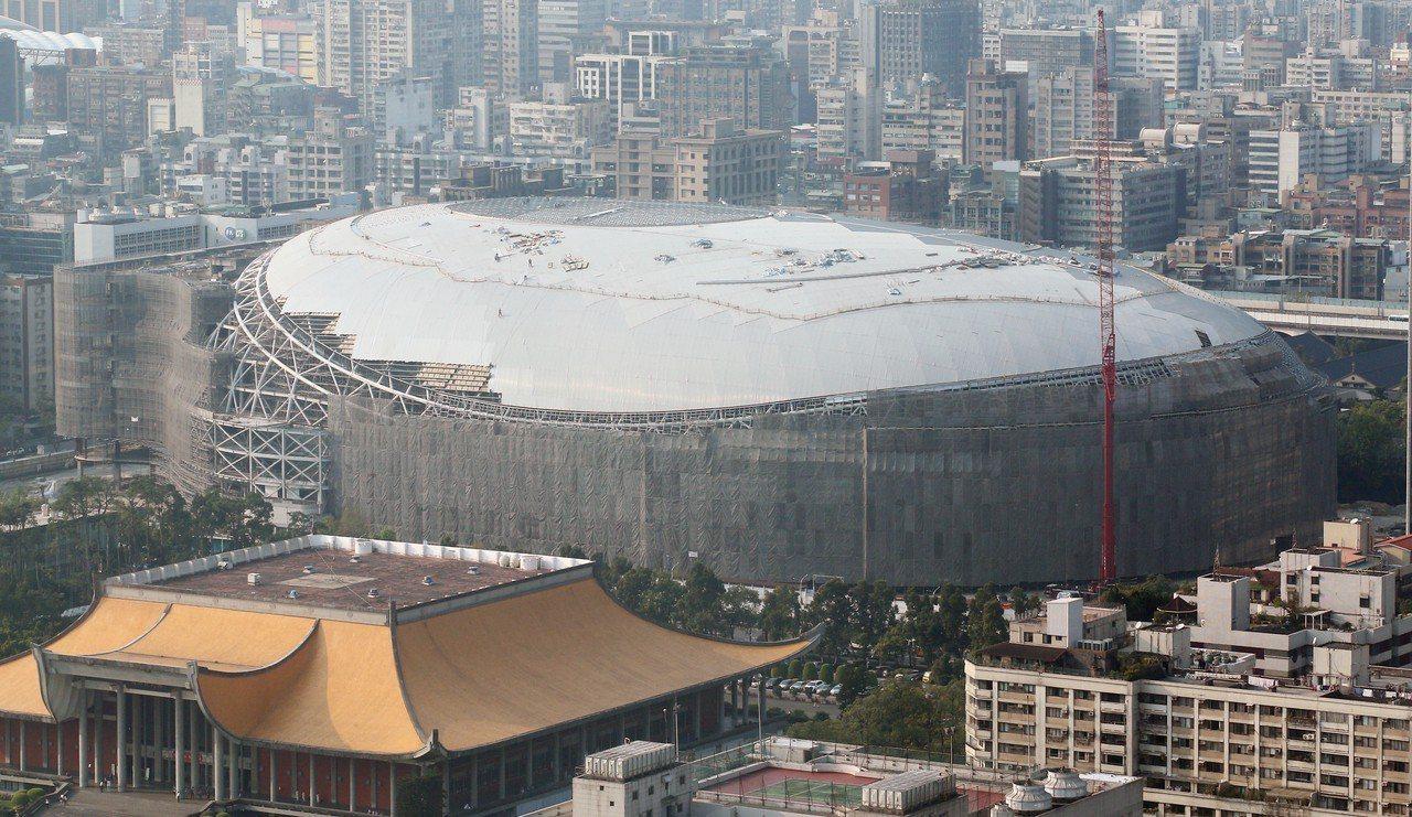 遠雄大巨蛋2015年遭台北市政府勒令停工,考量到公安因素,高等行政法院去年裁准遠...