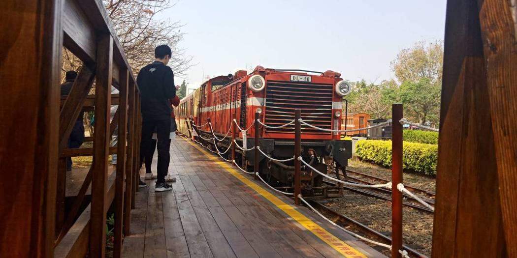 阿里山小火車因4度出軌停駛,但在車庫園區試行又出狀況。圖/民眾提供