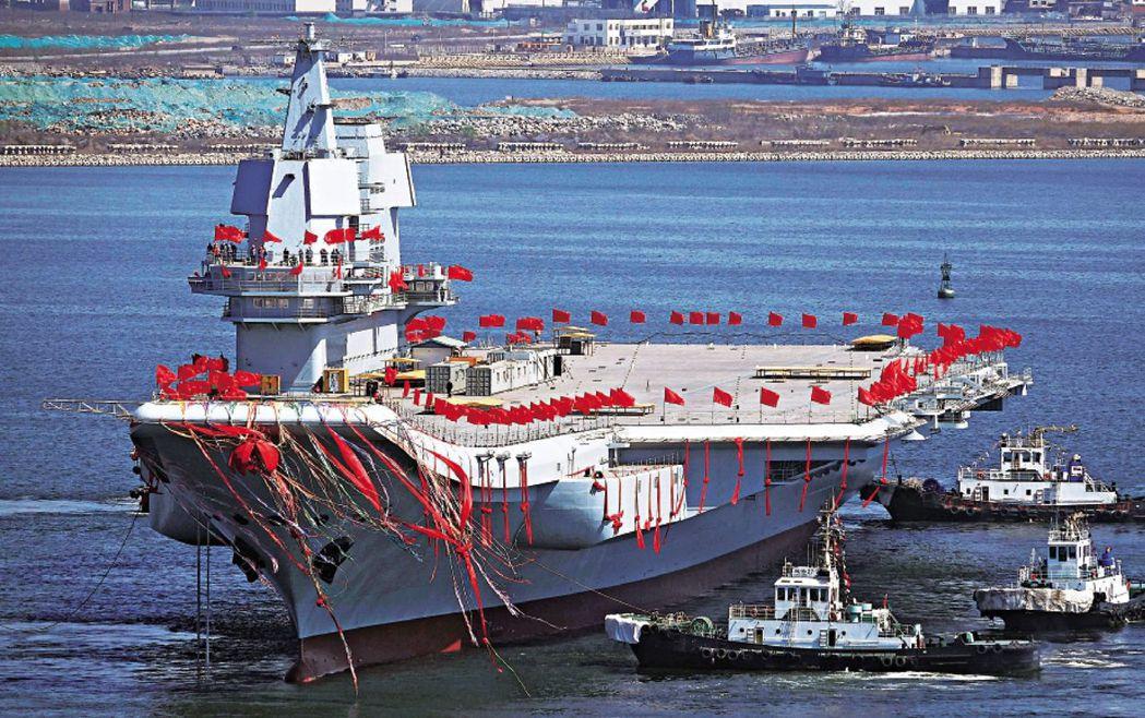 大陸首艘自製航母下水的照片。 (新華社)