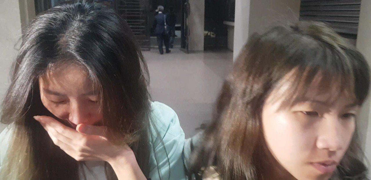 捲入靈骨塔詐欺案的許姓辣妹(圖左)模樣清秀,她被移送北檢複訊時,因擔心媒體拍照,...