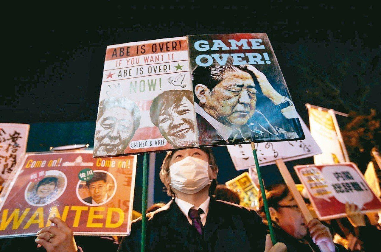 日本街頭抗議。 路透