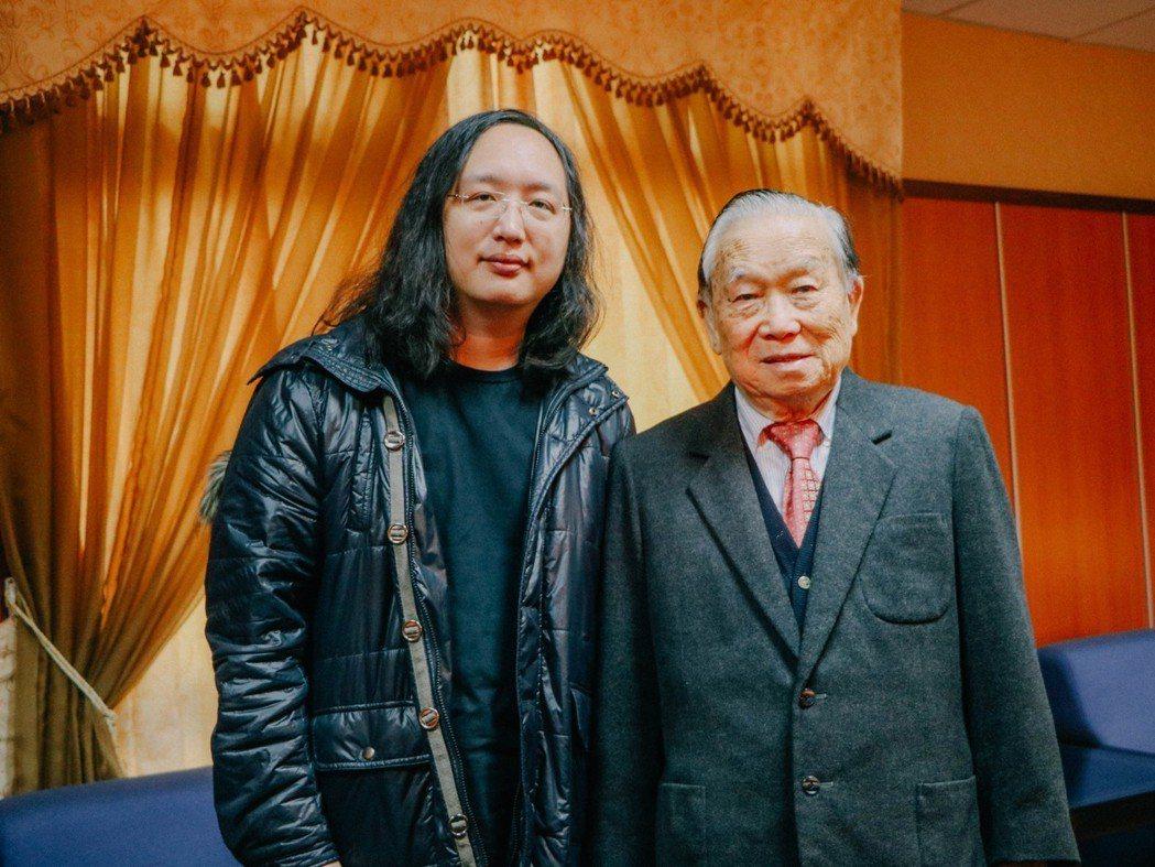 崑山科大創辦人李正合(右)親自接待政務委員唐鳳(左)。 崑山科大/提供