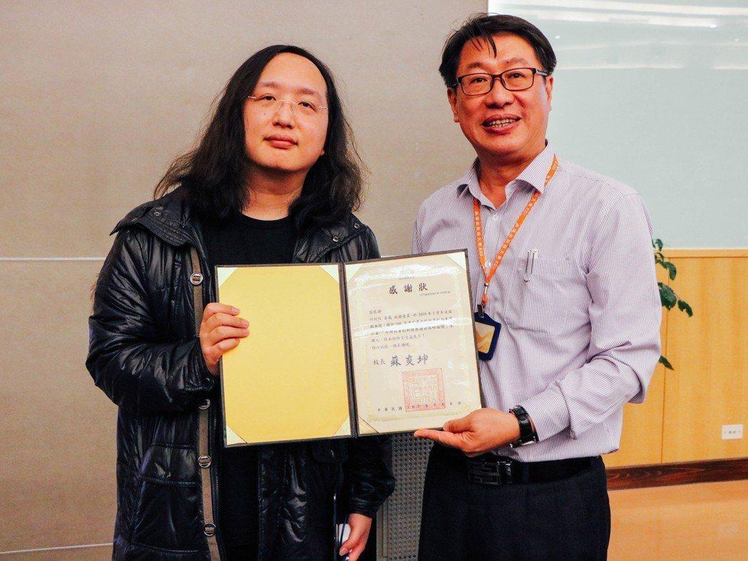 唐鳳政委(左)在接受學務長賴正文(右)頒發感謝狀。 崑山科大/提供