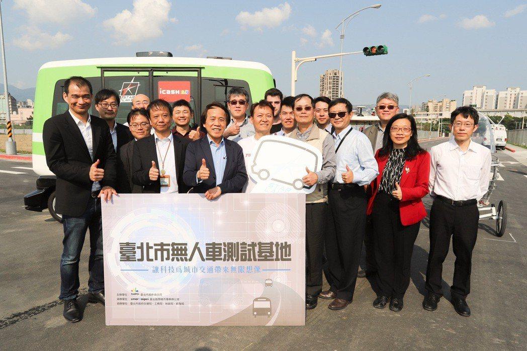 台北市副市長林欽榮今(13)日表示,北市已完成無人自駕車的上路作業,能否上路則需...