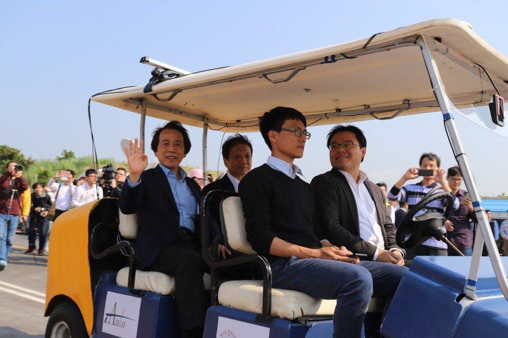 無人車是否安全,台北市副市長林欽榮當場示範。 彭子豪/攝影