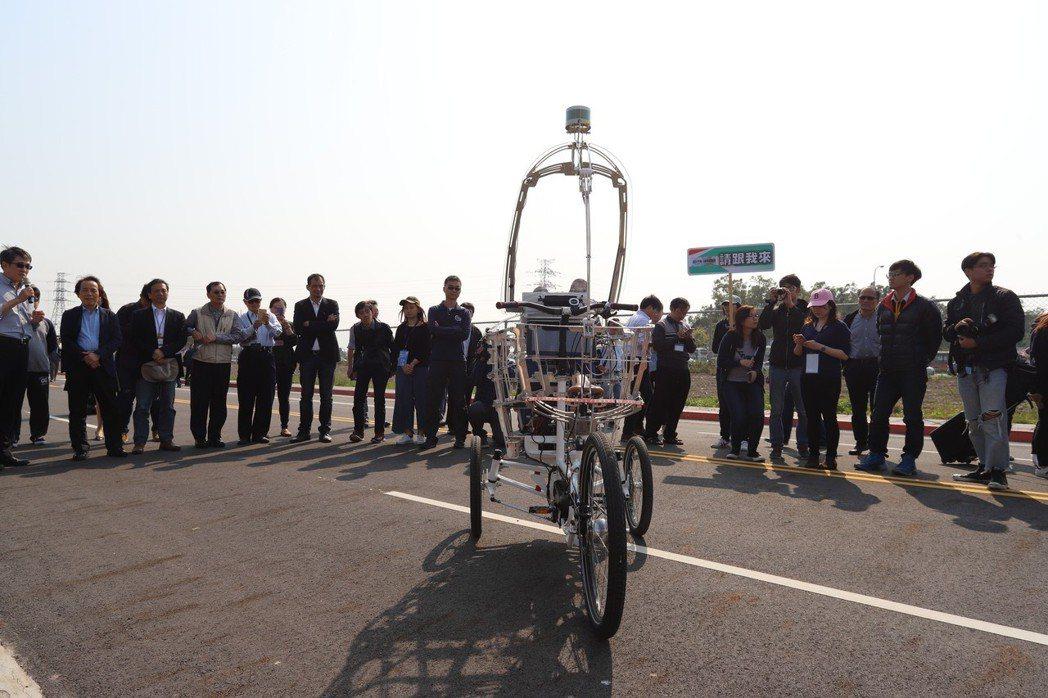 北科大團隊以無人三輪車做測試。 彭子豪/攝影