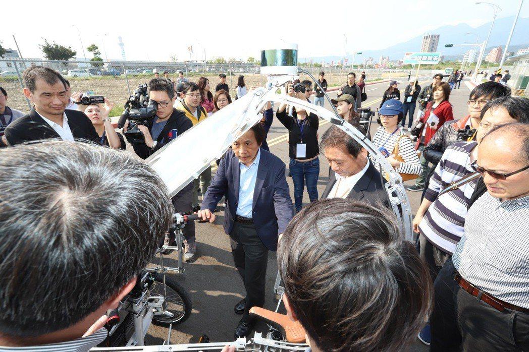 台北市副市長林欽榮對無人三輪車的表現給予肯定,更提出導入長照應用的看法。 彭子豪...
