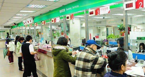 中華郵政爆業務員違法招攬,並挪用侵占保費。圖為示意圖,圖中人物與新聞事件無關。 ...