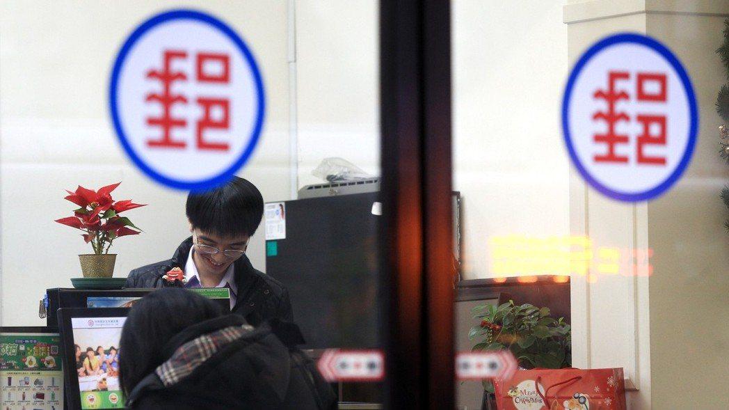 金管會今(13)日對中華郵政作出處分,基隆郵局及其轄下各郵局共46個,停止簡易人...