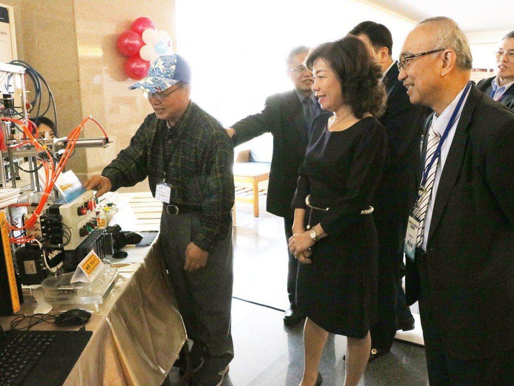 機能所博班學生馬敏雄為楊玉惠司長、蘇炎坤校長等人導覽作品。 崑山科大/提供