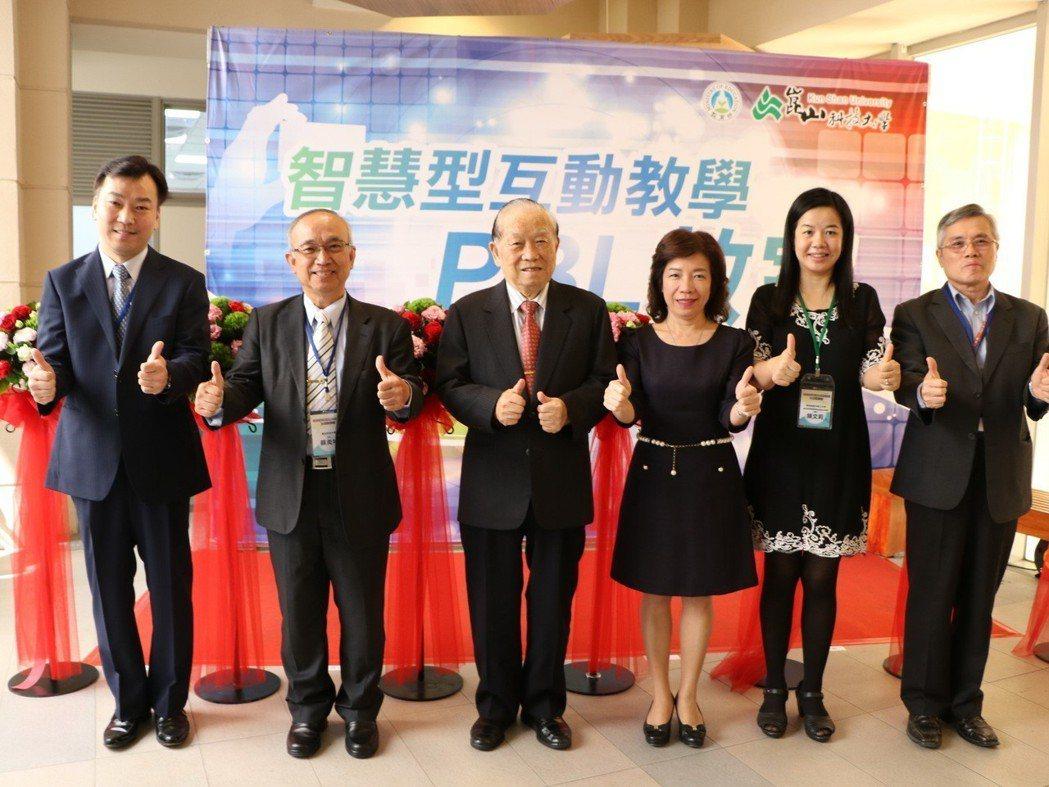 (左起)李天祥副校長、蘇炎坤校長、李正合創辦人、楊玉惠司長、陳文莉教授、黃國賢副...