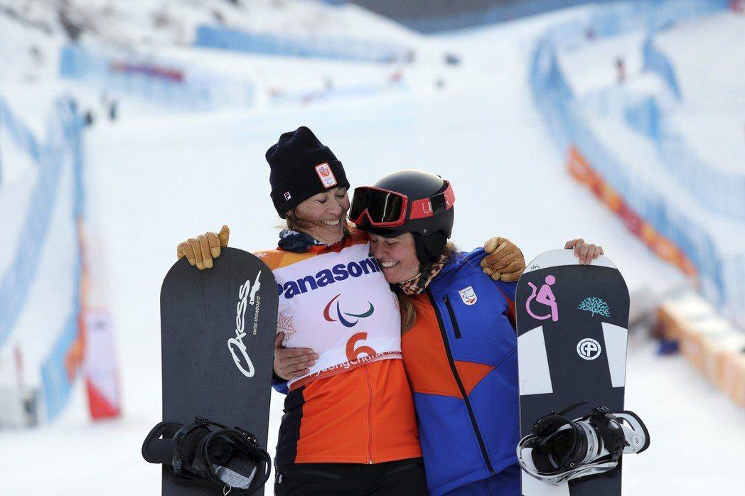 荷蘭選手(左)贏得平昌帕運雪板冠軍。 美聯社