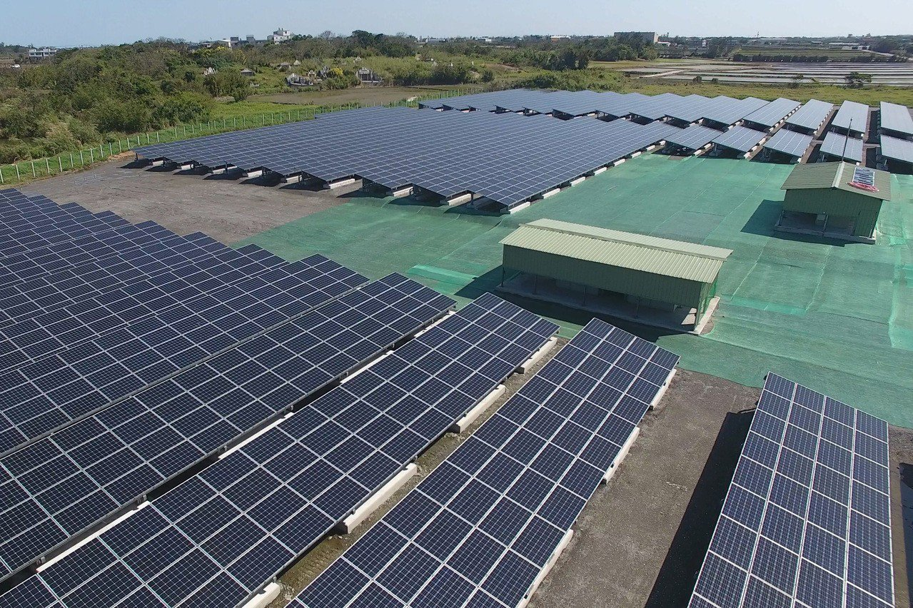 推動綠能光電建置,桃園市政府已完成中壢、新屋及楊梅區共5座基地,每年發電量可達3...