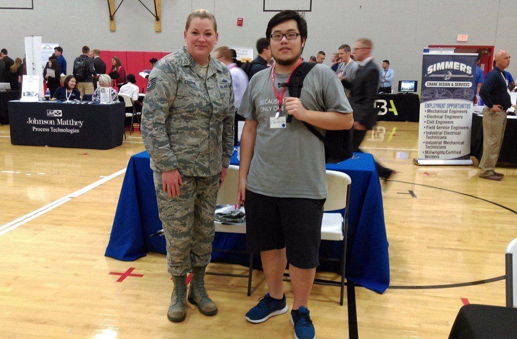 醫工系大三學生林哲葳(右)到美國研修4個月當交換生 弘光科大/提供。