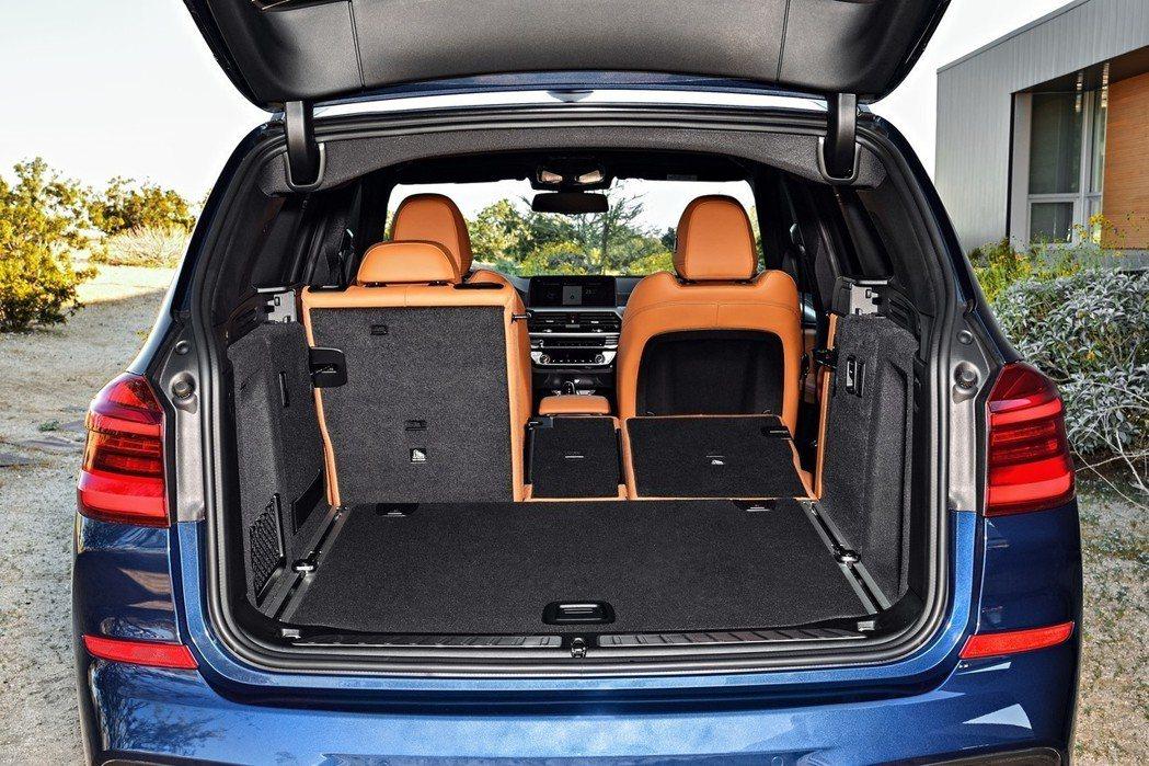 全新BMW X3 xDrive20i具備550公升的行李廂空間,並可擴充到超乎想...