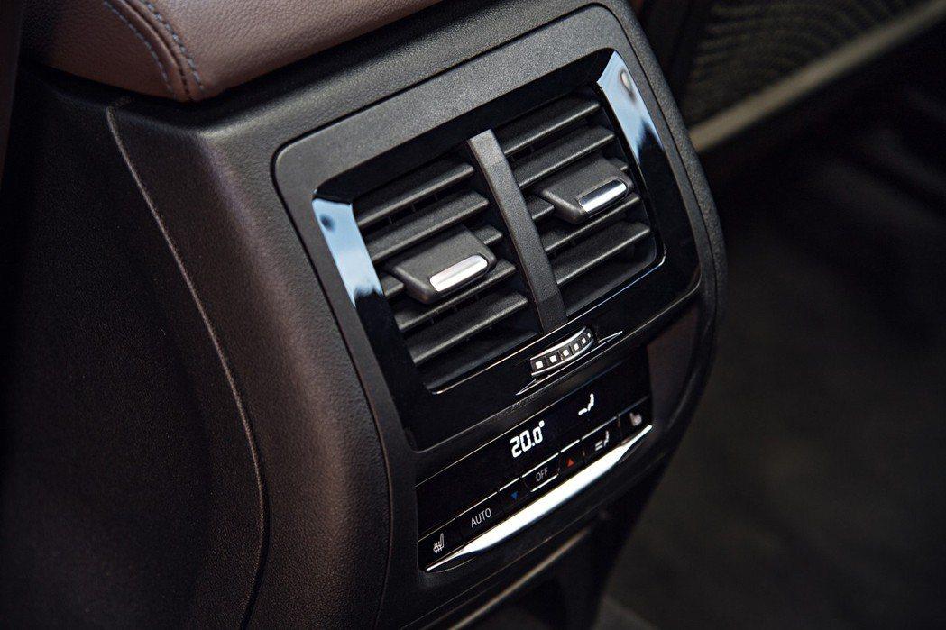 全新BMW X3 xDrive20i標準配備豪華型三區恆溫空調。 圖/汎德提供