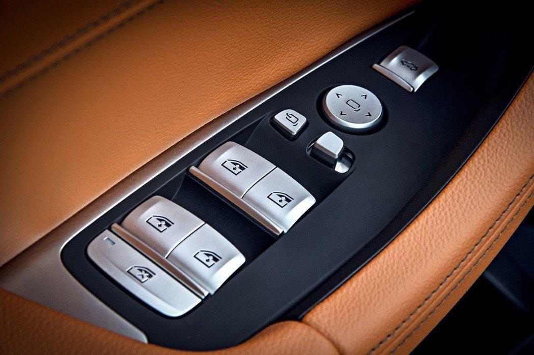 全新BMW X3 xDrive20i標準配備高質感霧銀鍍鉻按鍵組。 圖/汎德提供