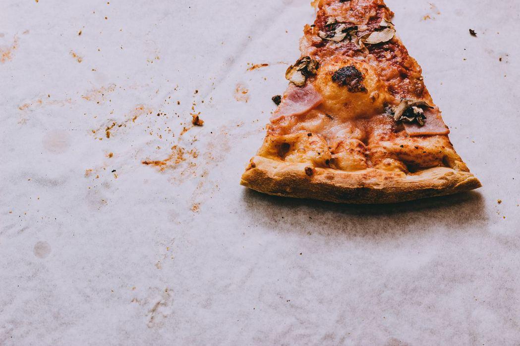 老師只負責送披薩給學生吃。Photo by Michał Kubalczyk o...