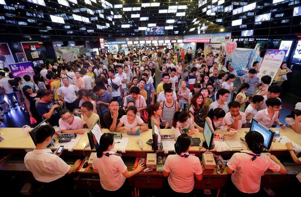 中國已是世界第二大電影市場,2017年總票房560億人民幣。圖為湖北武漢的電影院...