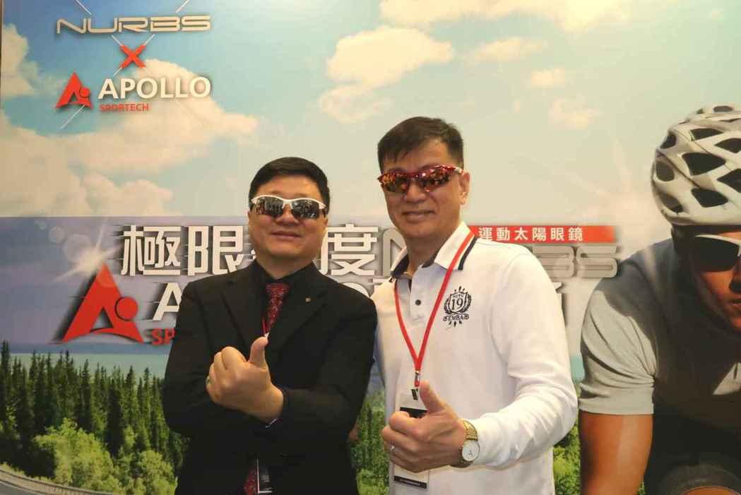 明達光學公司總經理孟慶宜(右)與中華民國眼鏡發展協會理事長賴家崧於台北進口眼鏡大...