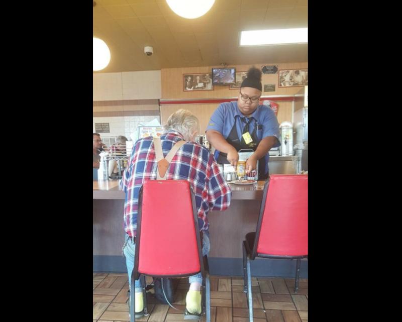 女服務生因為一個善心的舉動引發網友關注。圖片來源/臉書