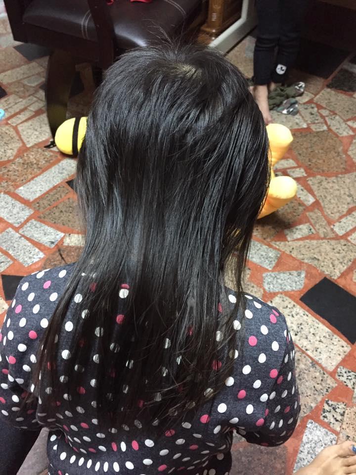 網友將女兒頭髮卡住黏黏球部分剪掉後的模樣。圖/取自爆廢公社