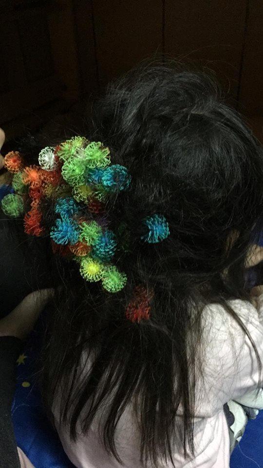 蓬蓬黏黏球牢牢卡在頭髮上。圖/取自爆廢公社
