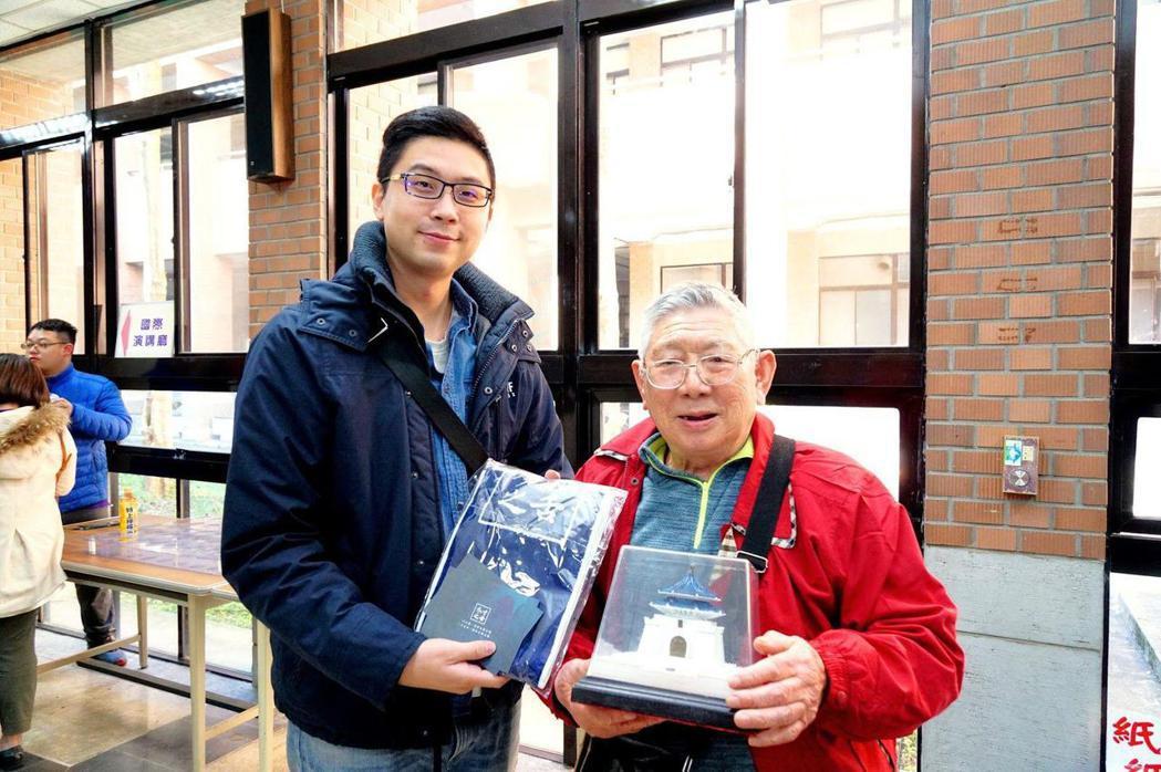 一名88歲的長者現身說法,分享他早年跟隨蔣公的軍戎生涯。會後由中華口語溝通教育學...