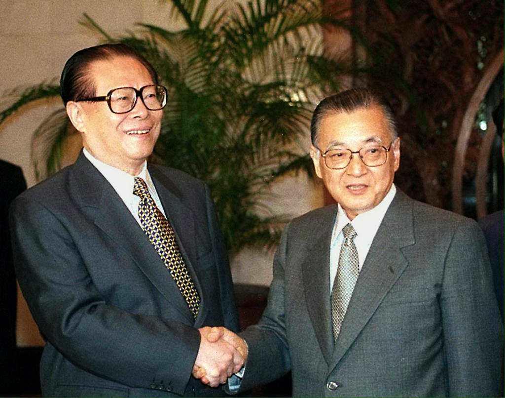 1998年,日本共產黨中央政治局委員長不破哲三(右)訪問中國,與當時中國國家主席...