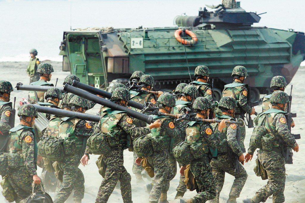 有女網友想簽陸軍志願役入伍賺錢,但其他網友建議加入海軍。照片為示意圖,人物與本文...