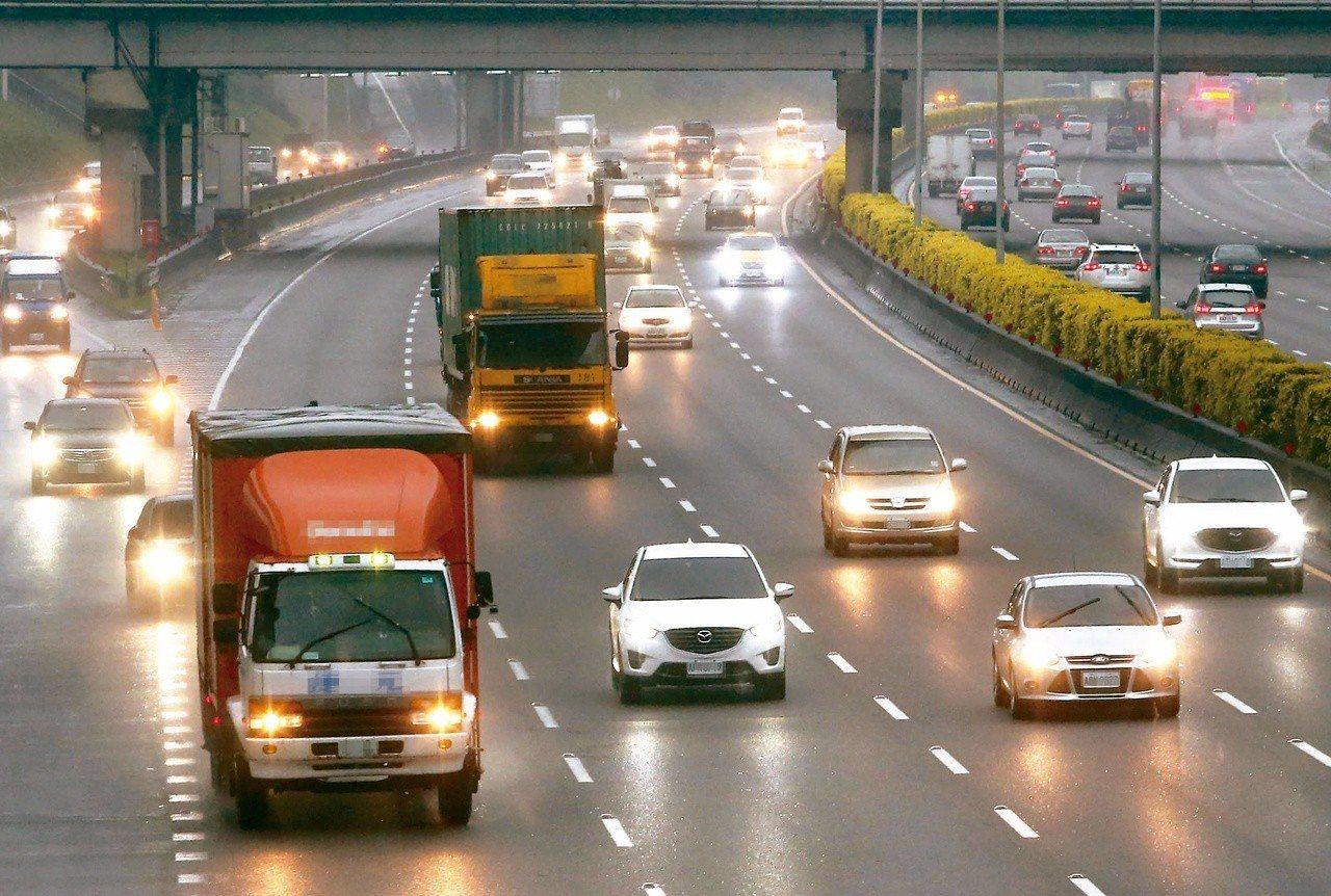 有網友在《Dcard》貼文表示,自己有天晚上在國道ㄧ號開車開到一半突然拋錨幸運遇...