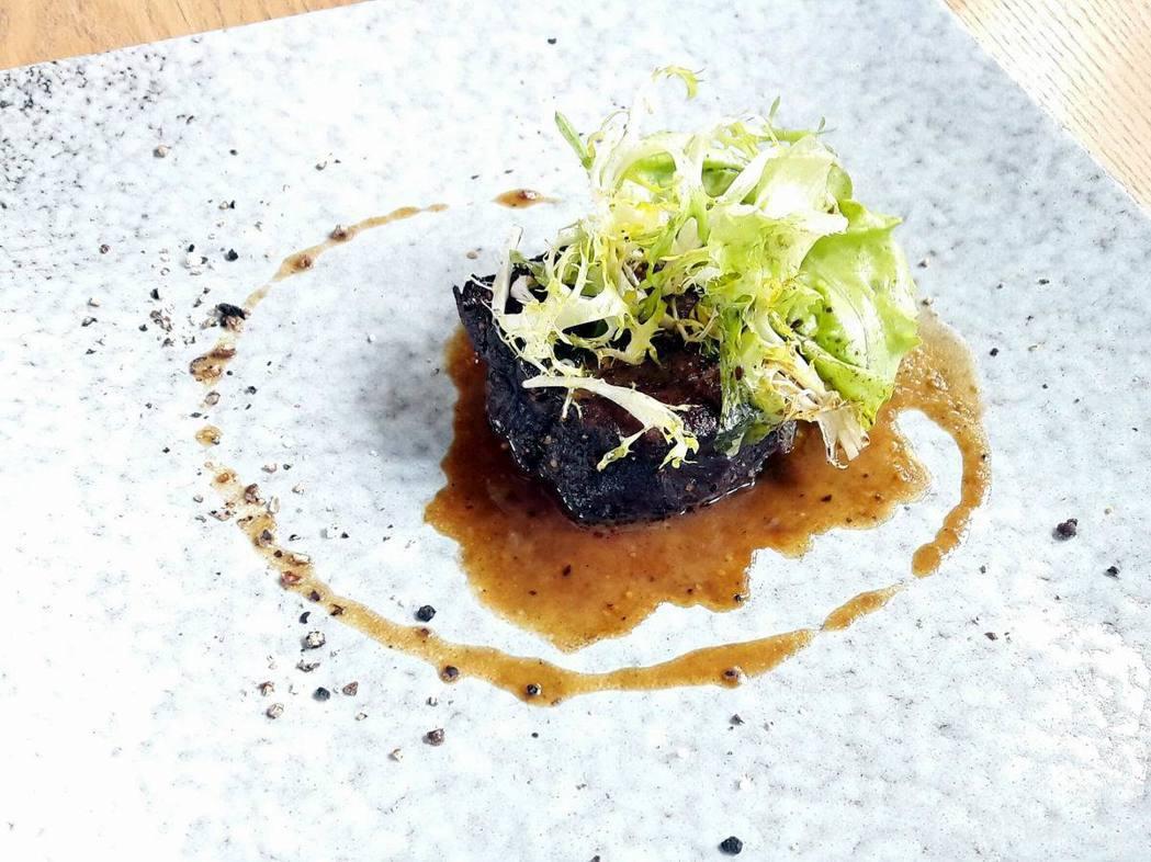 Truchon Michel以帶地食材製作的「醬烤麝香狩獵牛菲力」。...