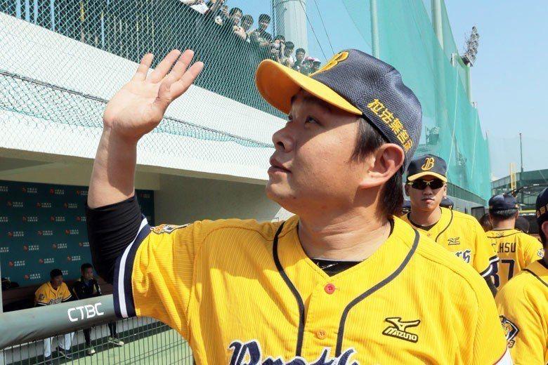 彭政閔將滿40歲且球員合約也將到期,身手雖然還足以應付職棒賽事,但還是會面臨是否...