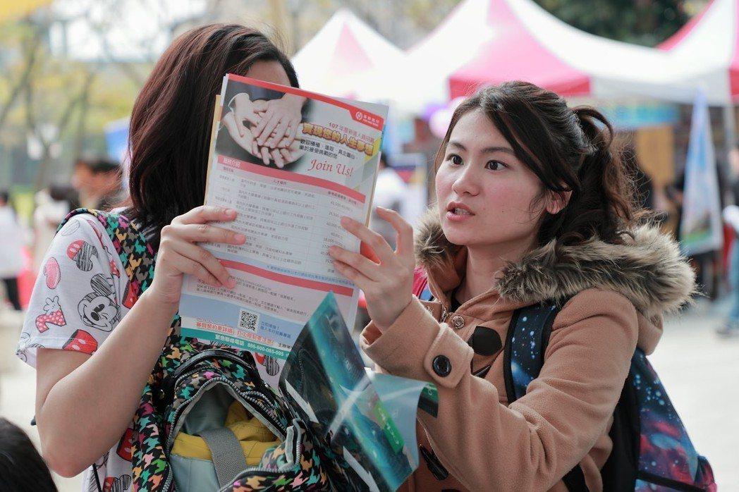 現場學生仔細了解各廠商資訊。 臺北大學/提供。